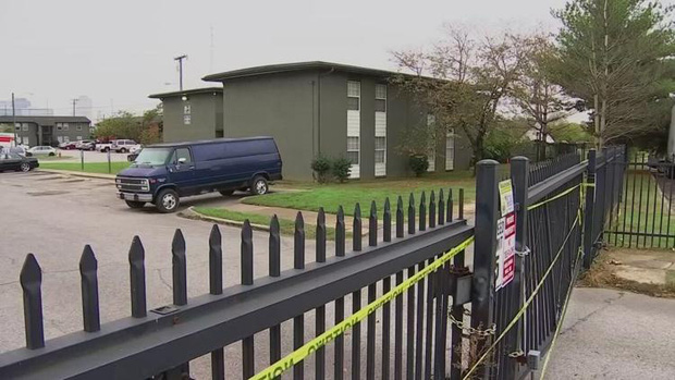 Lâu không thấy bà mẹ xuất hiện, chủ nhà đến kiểm tra thì phát hiện cảnh tượng kinh hoàng mà 4 đứa con đang sống chung - Ảnh 2.