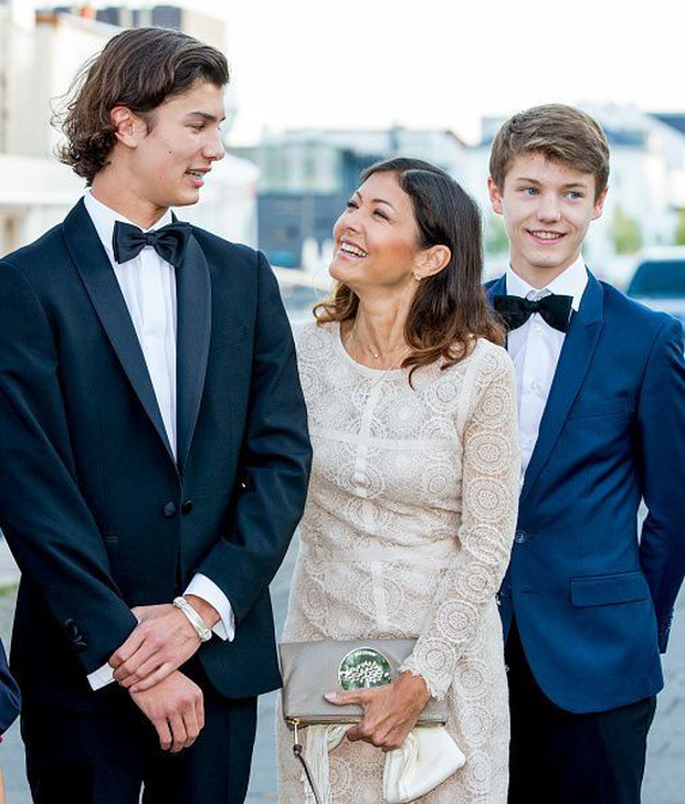 """Hai anh em Hoàng tử Đan Mạch: Từ nhỏ phải sống xa mẹ ruột gốc Á, ngoại hình """"đẹp hơn hoa"""" ngời ngời khí chất khiến chị em khắp thế giới mê mệt - Ảnh 11."""