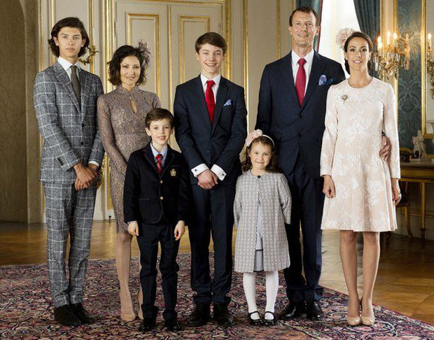 """Hai anh em Hoàng tử Đan Mạch: Từ nhỏ phải sống xa mẹ ruột gốc Á, ngoại hình """"đẹp hơn hoa"""" ngời ngời khí chất khiến chị em khắp thế giới mê mệt - Ảnh 12."""