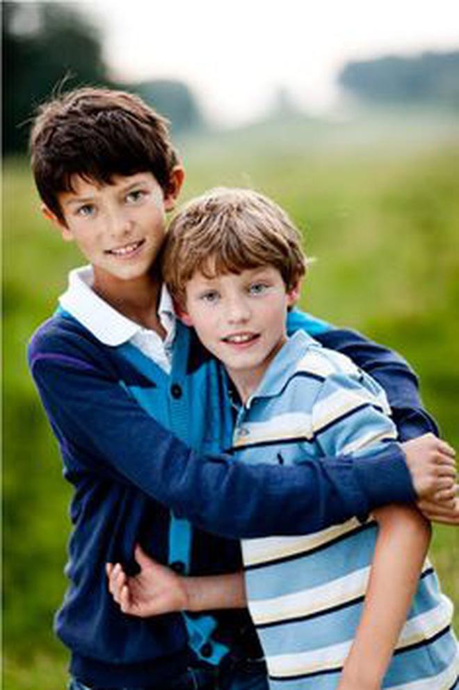 """Hai anh em Hoàng tử Đan Mạch: Từ nhỏ phải sống xa mẹ ruột gốc Á, ngoại hình """"đẹp hơn hoa"""" ngời ngời khí chất khiến chị em khắp thế giới mê mệt - Ảnh 3."""