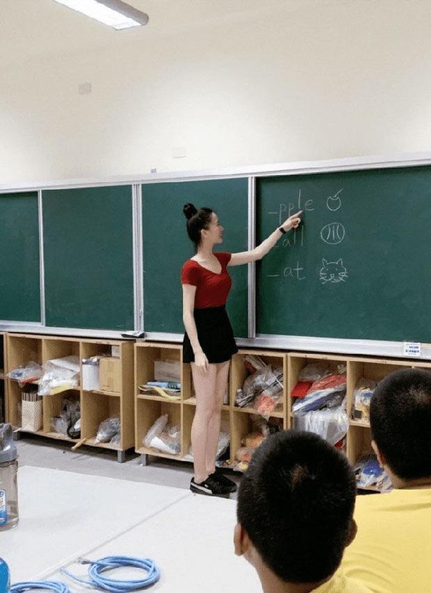 Đến trường tiểu học đón con, vừa nhìn thấy cô giáo, bà mẹ đùng đùng đòi đổi giáo viên vì: Thế này hư hết các cháu! - Ảnh 1.