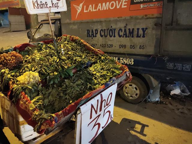 Trái cây Việt giá rẻ chưa từng có tràn lan khắp vỉa hè Hà Nội - Ảnh 1.