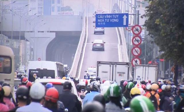 Sau khi thông xe đường vành đai 2 trên cao, tắc nghiêm trọng hơn ở nút giao Ngã Tư Sở giờ cao điểm - Ảnh 1.