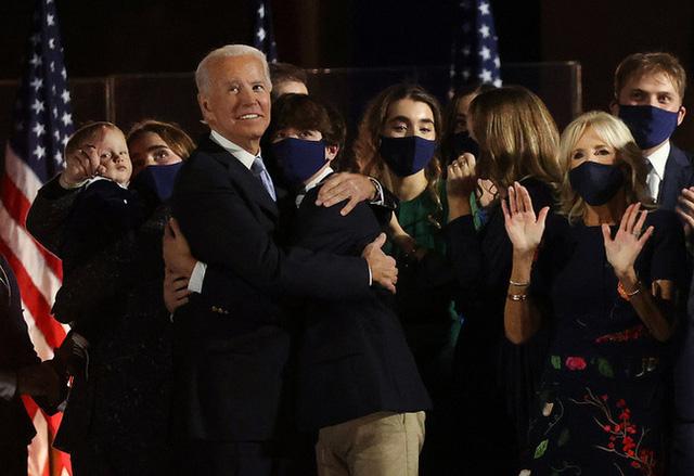 Cháu trai 14 tuổi của ông Joe Biden: Chiều cao khủng và ngoại hình cuốn hút, đủ chuẩn soán ngôi Hoàng tử Nhà Trắng Barron Trump - Ảnh 4.