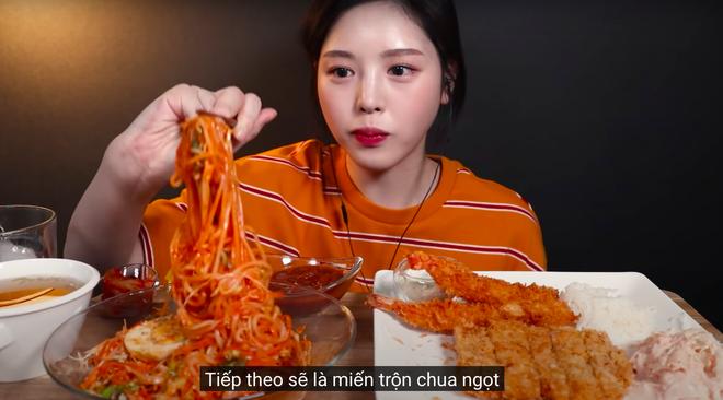 """Nữ YouTuber mukbang Hàn bị tố """"nhè đồ ăn"""" bất ngờ trở lại sau 2 tháng ở ẩn, biểu cảm khác thường khi ăn gây chú ý - Ảnh 4."""