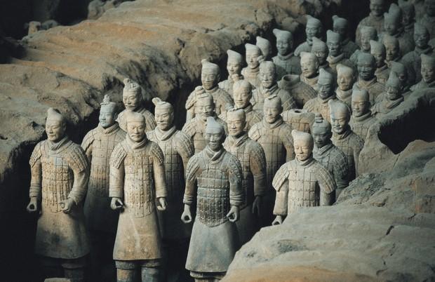 Bí ẩn tượng binh mã trong lăng mộ Tần Thủy Hoàng: Tại sao nhiều chiến binh đất nung nắm chặt tay không, vũ khí của họ đâu mất rồi? - Ảnh 1.