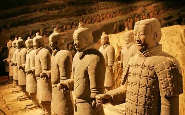 Bí ẩn tượng binh mã trong lăng mộ Tần Thủy Hoàng: Tại sao nhiều chiến binh đất nung nắm chặt tay không, vũ khí của họ đâu mất rồi? - Ảnh 2.