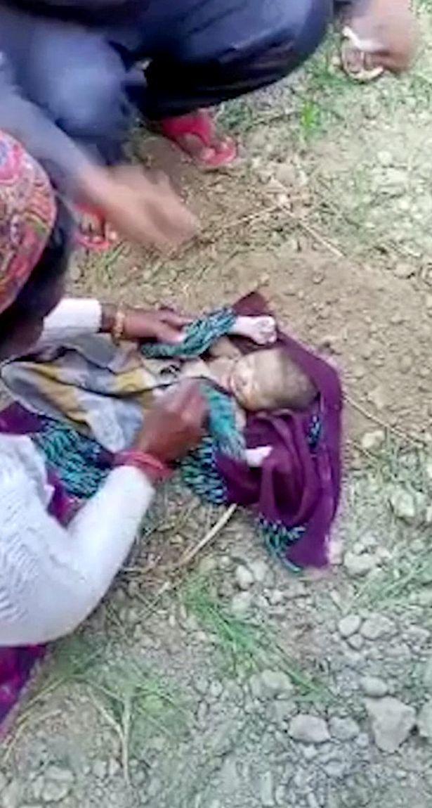 Bé gái sơ sinh bị chôn sống may mắn được phát hiện, hình ảnh giải cứu khiến ai cũng thương - Ảnh 2.