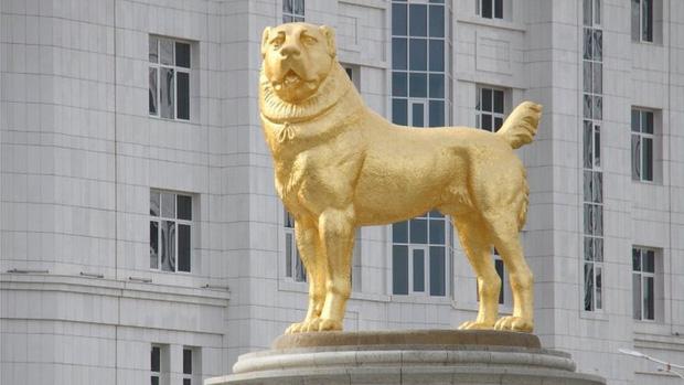 Quá yêu chó, Tổng thống Turkmenistan dựng tượng quốc khuyển khổng lồ dát vàng đặt giữa thủ đô - Ảnh 1.