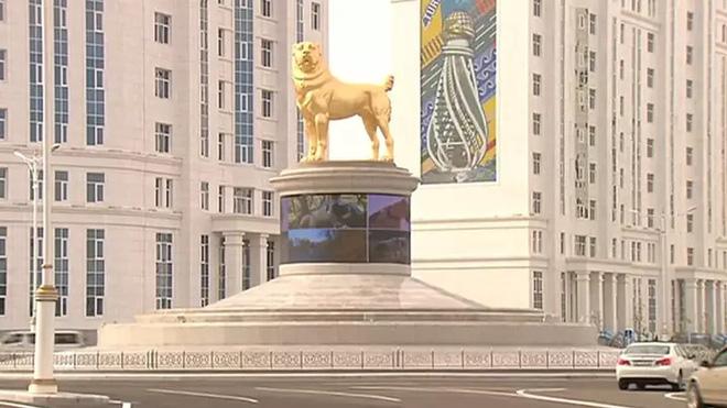 Quá yêu chó, Tổng thống Turkmenistan dựng tượng quốc khuyển khổng lồ dát vàng đặt giữa thủ đô - Ảnh 2.