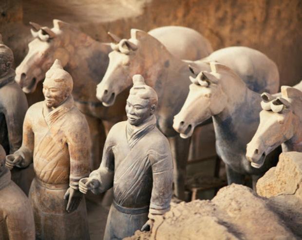 Bí ẩn tượng binh mã trong lăng mộ Tần Thủy Hoàng: Tại sao nhiều chiến binh đất nung nắm chặt tay không, vũ khí của họ đâu mất rồi? - Ảnh 3.