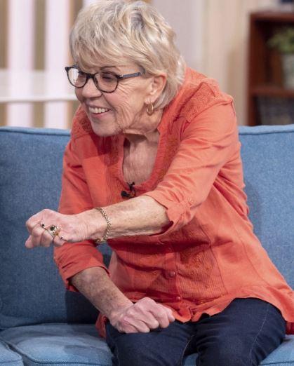 Cụ bà 81 tuổi bất chấp can ngăn để cưới chàng trai trẻ kém 46 tuổi - Ảnh 3.