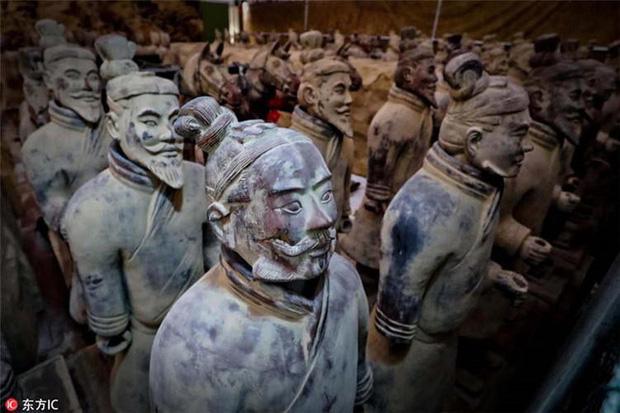 Bí ẩn tượng binh mã trong lăng mộ Tần Thủy Hoàng: Tại sao nhiều chiến binh đất nung nắm chặt tay không, vũ khí của họ đâu mất rồi? - Ảnh 4.