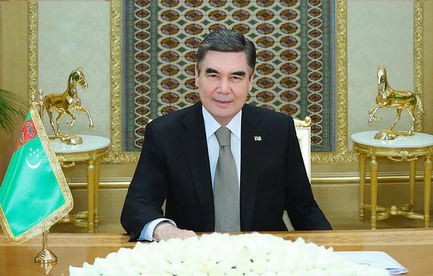 Quá yêu chó, Tổng thống Turkmenistan dựng tượng quốc khuyển khổng lồ dát vàng đặt giữa thủ đô - Ảnh 4.