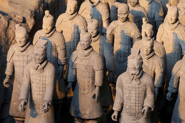 Bí ẩn tượng binh mã trong lăng mộ Tần Thủy Hoàng: Tại sao nhiều chiến binh đất nung nắm chặt tay không, vũ khí của họ đâu mất rồi? - Ảnh 5.