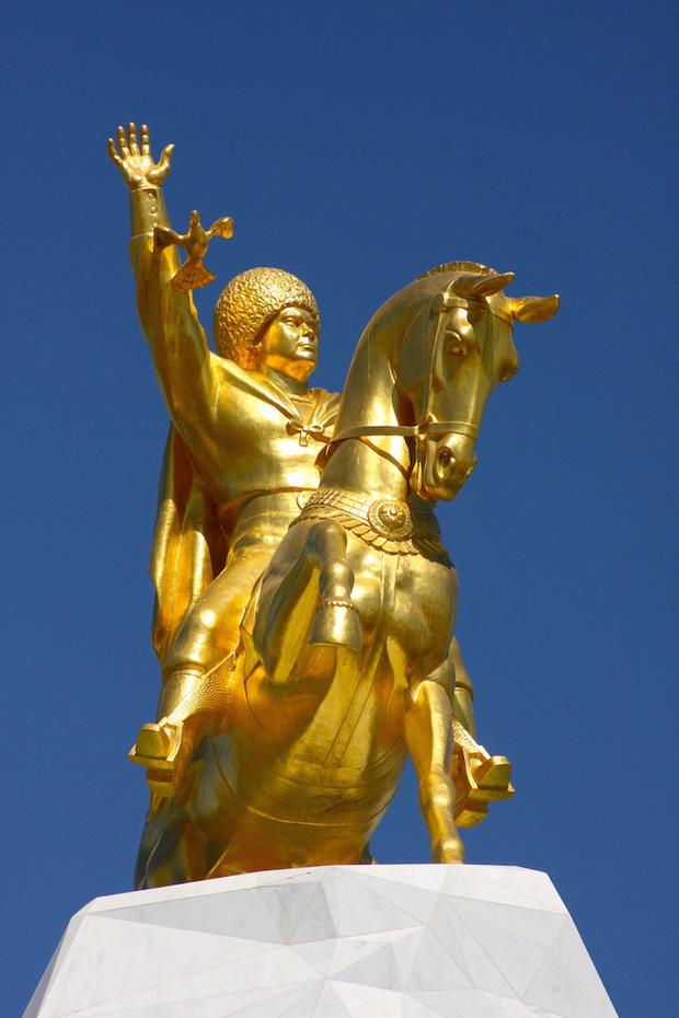 Quá yêu chó, Tổng thống Turkmenistan dựng tượng quốc khuyển khổng lồ dát vàng đặt giữa thủ đô - Ảnh 5.