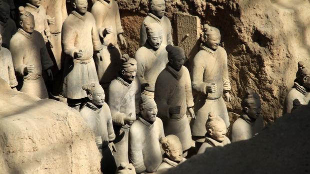 Bí ẩn tượng binh mã trong lăng mộ Tần Thủy Hoàng: Tại sao nhiều chiến binh đất nung nắm chặt tay không, vũ khí của họ đâu mất rồi? - Ảnh 6.