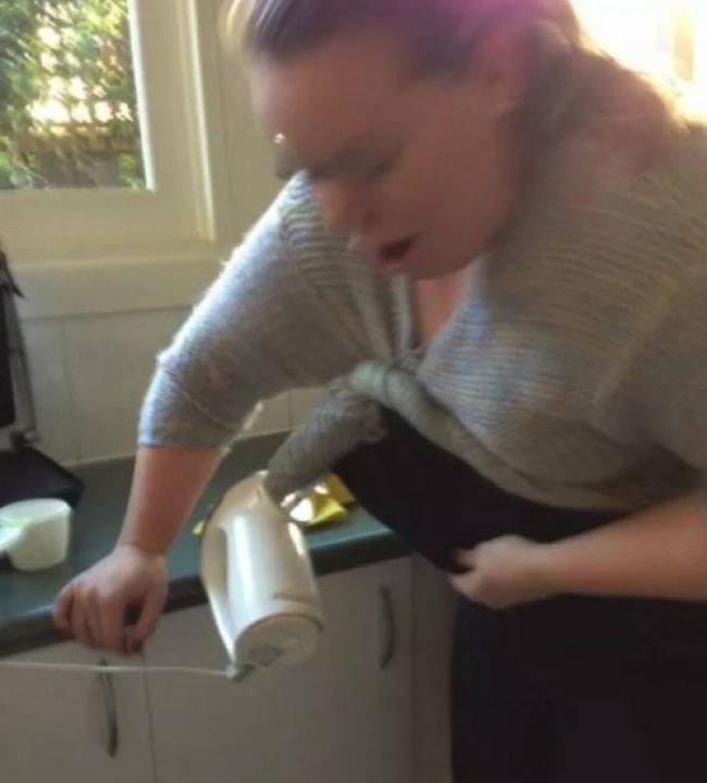 Khi cô nàng vụng về xông pha vào bếp.
