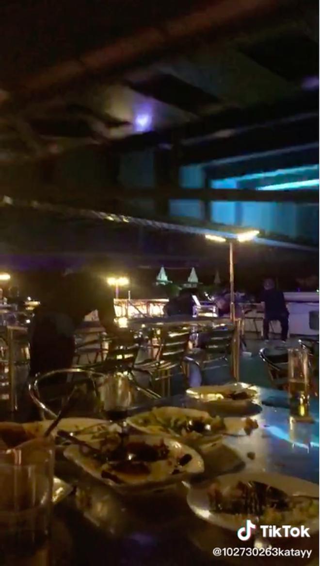 """Đang ngồi ăn nhà hàng trên sông đầy thơ mộng, thực khách la thất thanh vì khoảnh khắc """"ngàn cân treo sợi tóc"""" - ảnh 5"""