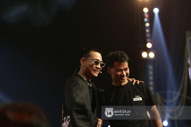 Xuân Bắc liến thoắng khi được Trấn Thành hỏi, ai dè 2 quý tử giật spotlight chỉ với 2 câu trên sóng trực tiếp chung kết Rap Việt - Ảnh 1.