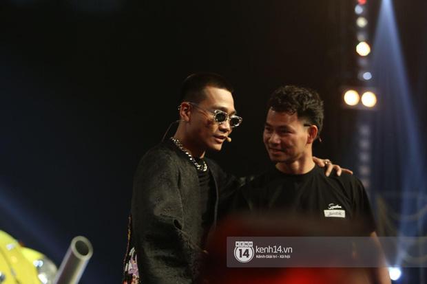 Xuân Bắc liến thoắng khi được Trấn Thành hỏi, ai dè 2 quý tử giật spotlight chỉ với 2 câu trên sóng trực tiếp chung kết Rap Việt - Ảnh 2.
