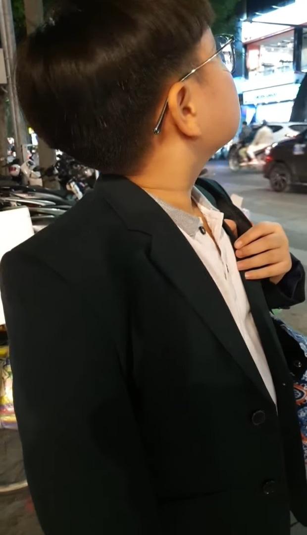 Con trai Xuân Bắc mặt đờ đẫn, quần áo xộc xệch 6 năm trước thay đổi ngoạn mục với style Chủ tịch - Ảnh 1.