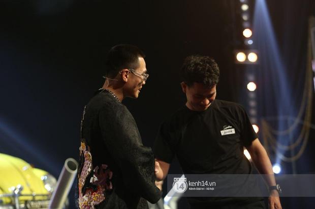Xuân Bắc liến thoắng khi được Trấn Thành hỏi, ai dè 2 quý tử giật spotlight chỉ với 2 câu trên sóng trực tiếp chung kết Rap Việt - Ảnh 3.