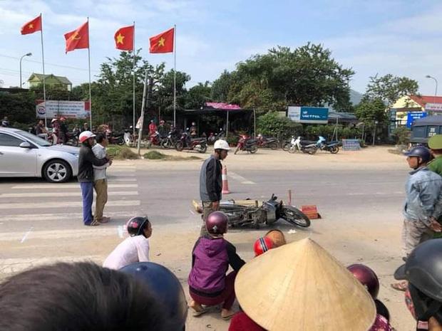 Khoảnh khắc nữ sinh va chạm với người phụ nữ chạy xe đạp điện, ngã xuống đường bị ô tô chở hàng cứu trợ cán tử vong - Ảnh 2.