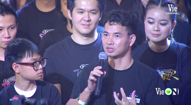 Xuân Bắc liến thoắng khi được Trấn Thành hỏi, ai dè 2 quý tử giật spotlight chỉ với 2 câu trên sóng trực tiếp chung kết Rap Việt - Ảnh 4.