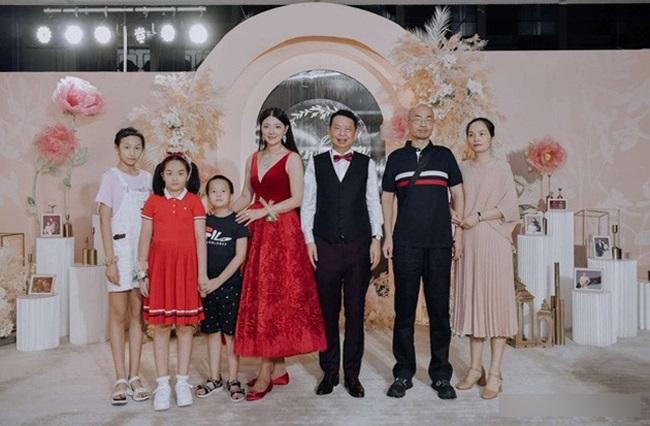 Xôn xao đám cưới của cặp đôi đũa lệch chênh nhau 25 tuổi, biết danh tính chú rể ai cũng choáng - Ảnh 2.