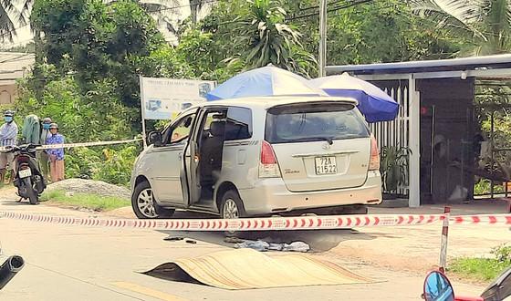 Clip ghi lại cảnh người phụ nữ bị lôi lên xe, chồng lao ra đâm chết người để giải cứu - Ảnh 2.