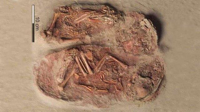Bí mật đau lòng về ngôi mộ của cặp song sinh 3 vạn năm - Ảnh 1.