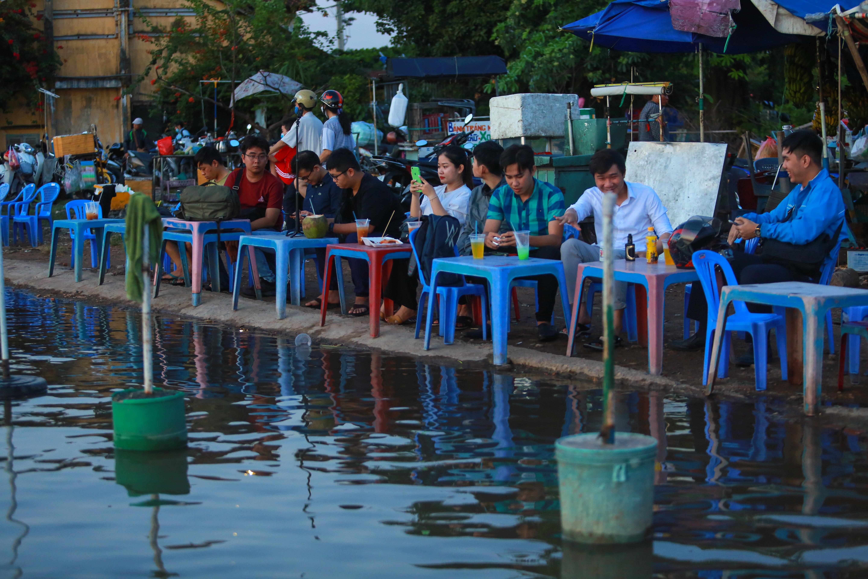 [Ảnh] Người Sài Gòn ngồi ngắm hoàng hôn giữa mênh mông nước - Ảnh 2.