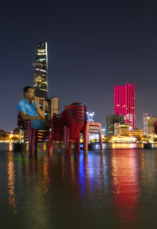 [Ảnh] Người Sài Gòn ngồi ngắm hoàng hôn giữa mênh mông nước - Ảnh 13.