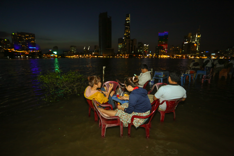 [Ảnh] Người Sài Gòn ngồi ngắm hoàng hôn giữa mênh mông nước - Ảnh 9.