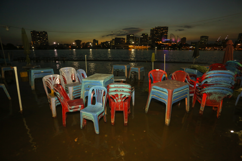[Ảnh] Người Sài Gòn ngồi ngắm hoàng hôn giữa mênh mông nước - Ảnh 4.
