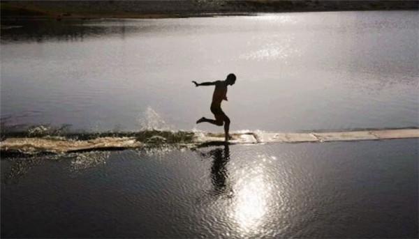 Lộ bí mật khó ngờ ẩn sau màn khinh công chạy trên mặt nước của cao thủ Thiếu Lâm - Ảnh 1.