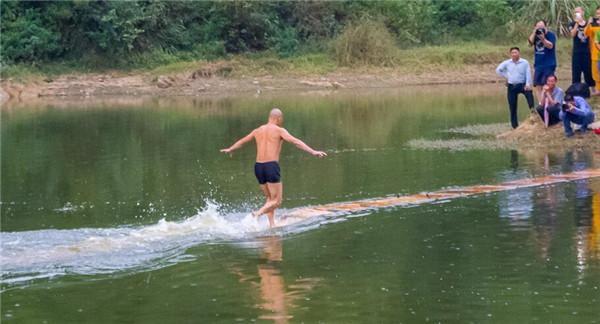 Lộ bí mật khó ngờ ẩn sau màn khinh công chạy trên mặt nước của cao thủ Thiếu Lâm - Ảnh 3.