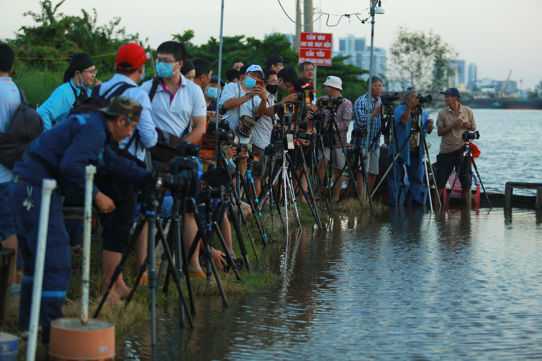 [Ảnh] Người Sài Gòn ngồi ngắm hoàng hôn giữa mênh mông nước - Ảnh 3.