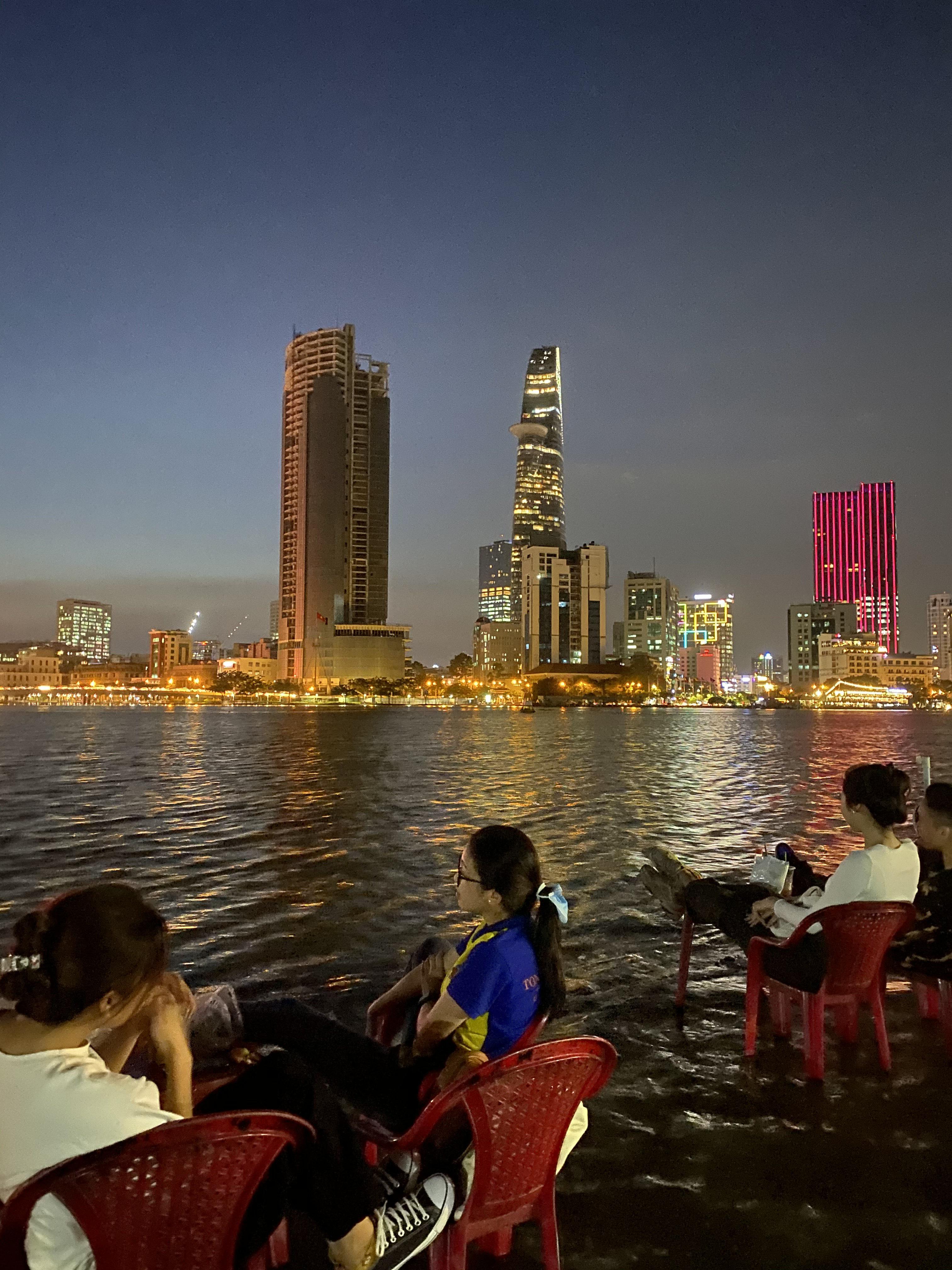 [Ảnh] Người Sài Gòn ngồi ngắm hoàng hôn giữa mênh mông nước - Ảnh 6.
