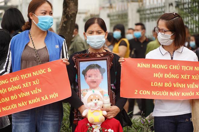Vụ mẹ đẻ, cha dượng bạo hành bé gái 3 tuổi tử vong: 2 bị cáo tố bà ngoại đánh, đụng vào vùng nhạy cảm của cháu - Ảnh 6.