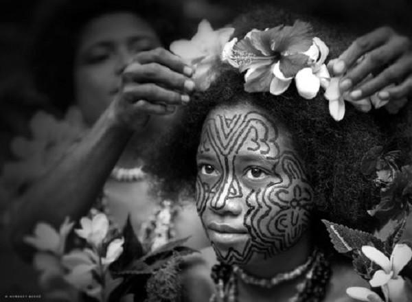 Kỳ lạ bộ tộc phụ nữ không xăm mình bị ế chồng - Ảnh 1.