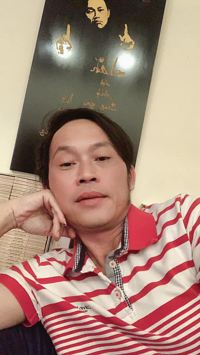 """Hoài Linh xin khán giả đừng """"ném đá"""", tiết lộ lý do mặc áo cũ suốt 5 năm - Ảnh 1."""