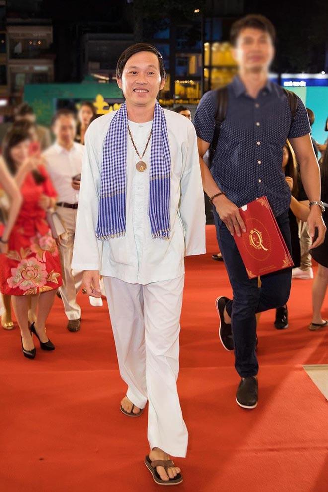 """Hoài Linh xin khán giả đừng """"ném đá"""", tiết lộ lý do mặc áo cũ suốt 5 năm - Ảnh 4."""
