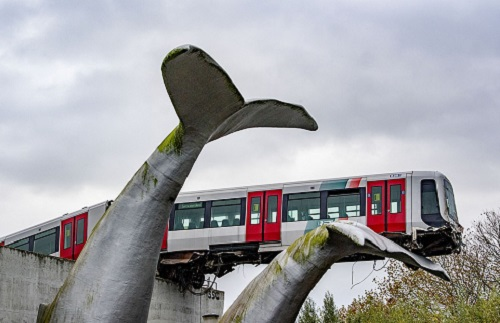 Đoàn tàu thoát nạn trong gang tấc nhờ bức tượng 20 năm tuổi, nhìn tên công trình mới thấy rợn người - Ảnh 1.