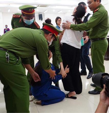 Vụ bạo hành con gái 3 tuổi tử vong: Chồng lĩnh án tử, nữ bị cáo quỳ ôm chân xin mẹ viết đơn giảm án - Ảnh 3.