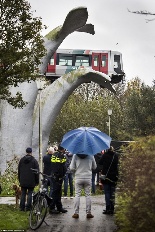 Đoàn tàu thoát nạn trong gang tấc nhờ bức tượng 20 năm tuổi, nhìn tên công trình mới thấy rợn người - Ảnh 3.