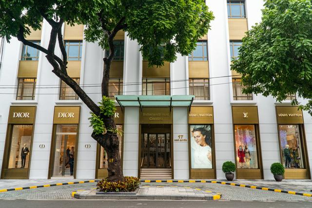 HOT: Louis Vuitton và Christian Dior mở cửa hàng flagship tại Hà Nội - Ảnh 2.