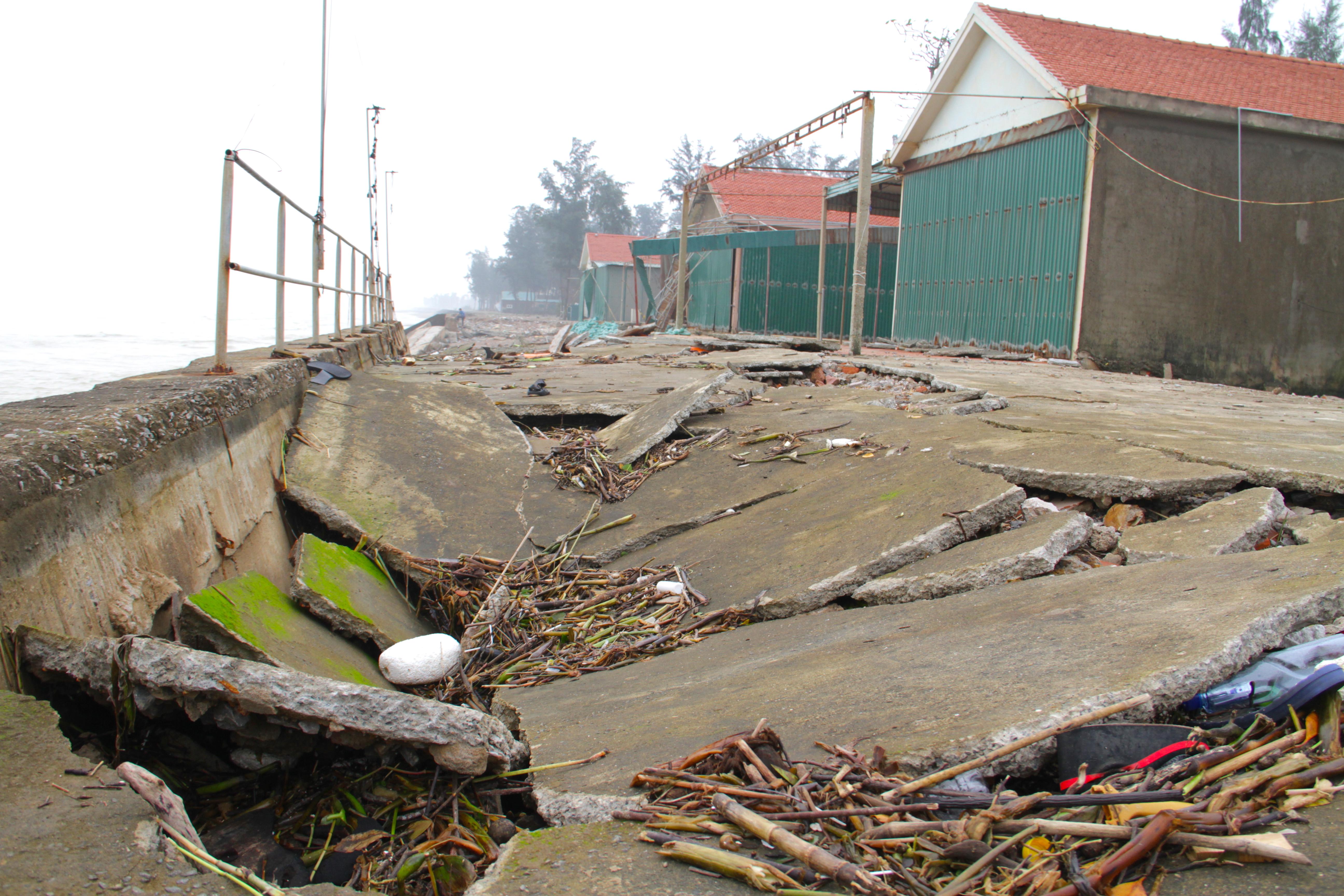 Cận cảnh gần 4km tuyến kè, đê biển Cửa Lò tan hoang sau bão lũ, hàng quán điêu đứng - Ảnh 10.