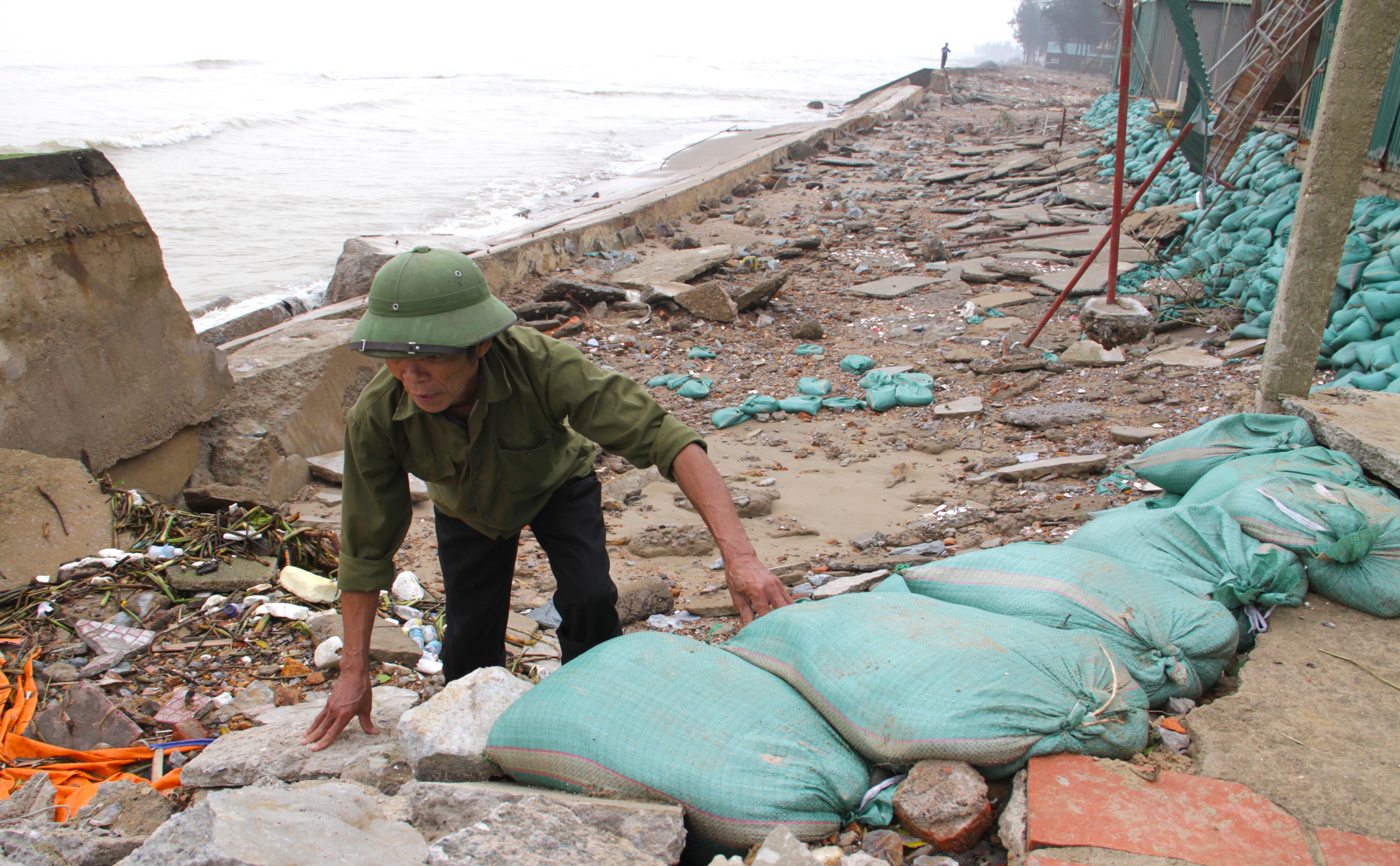 Cận cảnh gần 4km tuyến kè, đê biển Cửa Lò tan hoang sau bão lũ, hàng quán điêu đứng - Ảnh 11.